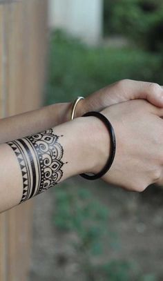 A tatuagem bracelete indiano pode ser feita com henna para ficar mais realista. The Indian bracelet tattoo can be done with henna to make it more realistic. Armband Tattoo, Arm Cuff Tattoo, Ankle Band Tattoo, Mandala Wrist Tattoo, Hawaiianisches Tattoo, Wrist Bracelet Tattoo, Tattoo Tribal, Tattoo Bein, Henna Tattoo Hand
