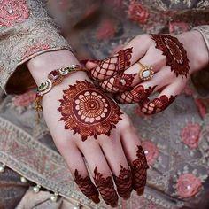 Mehndi is something that every girl want. Arabic mehndi design is another beautiful mehndi design. We will show Arabic Mehndi Designs. Henna Hand Designs, Mehndi Designs Finger, Simple Arabic Mehndi Designs, Modern Mehndi Designs, Mehndi Design Pictures, Mehndi Designs For Fingers, Beautiful Henna Designs, Beautiful Mehndi, Henna Tattoo Designs