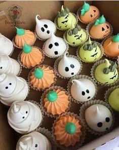 Gostosuras ou travessuras? Suspiros @docemaria.ca para o Halloween! 🎃 #halloween ‼️PEÇAM NOS COMENTÁRIOS QUAIS DICAS VOCÊS QUEREM ‼️ Halloween Baking, Fete Halloween, Halloween Desserts, Halloween Cupcakes, Halloween Treats, Meringue Desserts, Meringue Cookies, Cute Desserts, Cake Pops