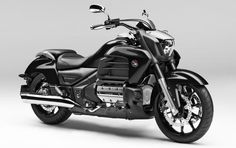 """Honda Gold Wing F6C: da granturismo a moto powercruiser Salone Tokyo 2013: Honda presenta al Tokyo Motor Show la terza versione della Gold Wing. Si chiama F6C e perde carena, borse e baule, trasformandosi in una aggressiva cruiser. La sostanza, però, rimane la stessa del modello da cui deriva: il motore e la ciclistica restano invariati, come pure il grande equilibrio della versione """"vestita"""". Arriverà in Italia in maggio 2014 a prezzo da definire - See more"""