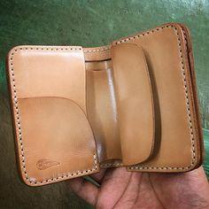 ☆ Leather Wallet シンプルな二つ折り財布です … ✴︎ 昨日の続きで失礼致します ✴︎ #leather #leathercraft #leathergoods #leatherwork #leatherwallet #wallet #vegtan #handmade #handcut  #handsewn #leatherstyle #kayenta #handmadeleather #handmadeleathergoods #fashionitem #fashiongoods #ma