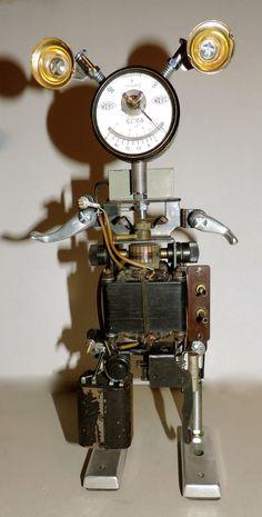 Robot en métal recyclé sur base de machine à écrire ancienne. # sculpture # robot # métal recycled # machine à écrire #