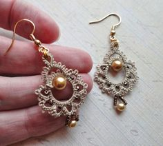 Rate this post Patterns Free Bead Tatting Tatting Earrings, Tatting Jewelry, Lace Jewelry, Tatting Lace, Beaded Earrings, Jewelry Crafts, Handmade Jewelry, Jewellery Earrings, Drop Earrings
