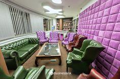Klub Przedsiębiorcy - elegancja połączona z nowoczesnym designem to opis idealnie pasujący do tej sali wyposażonej w barek, hokery, dwa telewizory LCD i kolorowe skórzane fotele. #salespotkan #businesslinkzebra #zebratower #spotkanie #businesslink