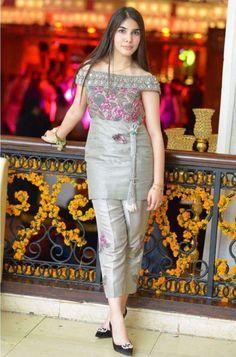 Pakistani Fashion Casual, Pakistani Wedding Outfits, Pakistani Dresses, Indian Dresses, Indian Outfits, Indian Fashion, Stylish Dresses, Simple Dresses, Women's Fashion Dresses
