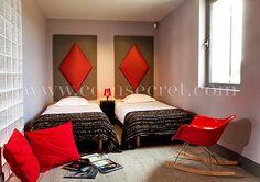 Chambre à coucher épurée et colorée pour cette maison de vacances en Provence avec piscine  près du Mont Ventoux