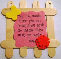 Usando palitos de helado se crean hermosos cuadritos para que los niños de su escuela dominical guarden como recuerdo, den de regalo a mamá o papá, o hasta para memorizar versículos.
