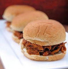 Pulled pork (slow cooker) slider. (sliders party pulled pork) Slow Cooker Pork, Slow Cooker Recipes, Crockpot Recipes, Cooking Recipes, Crock Pot Soup, Crock Pot Cooking, Wrap Recipes, Pork Recipes, Pulled Pork Sliders
