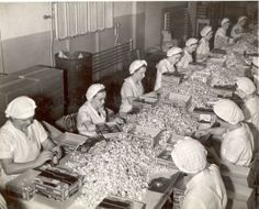 Wrapping Hershey's Kisses by hand at Hershey Factory, 1937 Hershey Park, Hershey Candy, Hershey Chocolate, Historical Sites, Historical Photos, Milton Hershey, Hershey Factory, Chocolate Pictures, Vintage Medical
