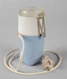 Electrische koffiemolen. Onmisbaar in de moderne 70s keuken. Bij ons werd hij ook gebruikt om van kristalsuiker poedersuiker te maken. Die van ons was trouwens oranje ;)