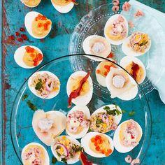 Deze klassieker mag niet ontbrekentijdens de brunch of bij de borrel. Pak uit enmaak heel veel verschillendetoppings, of keep it simple en vul alleeitjes met één favoriet!    1 Kook de eieren in ruim kokend waterin 10...