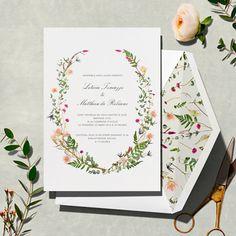 Convite de casamento com ilustração botânica formando guirlanda e ramos soltos no forro do envelope