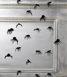 Com aranhas de plástico e fios de nylon, a dica da Anita, do Blog Objetos de Desejo, é criar um móbile para enfeitar a parede – e dar um sustos nos mais desavisados. As linhas transparentes não parecem teias de aranha de verdade?
