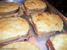 12 fatias de pão de forma  - 12 fatias de mussarela  - 12 fatias de peito de peru defumado  - 2 caixinhas de creme de leite  - Queijo parmesão ralado a gosto