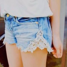DIY Vintage look shorts. If your shorts are too tight just cut the seem and insert lace. But a pair of shorts or jeans at goodwill thrift store and add lace Denim And Lace, Lace Jean Shorts, Lace Jeans, Diy Jeans, Recycle Jeans, Diy Recycle, Ankle Jeans, Denim Skirt, Diy Shorts