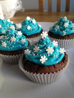 Winter Cupcakes with Snowflakes Winter Cupcakes, Holiday Cupcakes, Christmas Desserts, Christmas Treats, Holiday Foods, Wedding Cupcakes, Christmas Recipes, Christmas Decorations, Merry Christmas