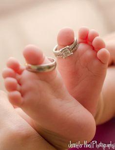 Toes bebê com os pais anéis tão doce. Nova Fotografia Nascido