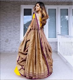 How about reusing an old saree from your mums closet and wearing it as a lehenga dupatta? it is affordable, chic and looks super stylish. Lehanga Saree, Lehenga Saree Design, Lehenga Dupatta, Lehenga Style Saree, Lehnga Dress, Saree Look, Sari, Lahenga, Saree Wearing Styles