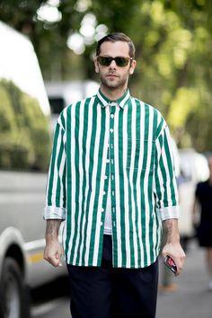 Street style homme : 100 photos de street style homme repérés pendant la Fashion Week - Elle Chemise à grosses rayures blanches et vertes