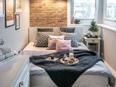 Aranżacja małej sypialni z białymi meblami (51755)