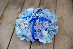Blaue Hortensie mit dunkelblauem Satinband als Ringkissen