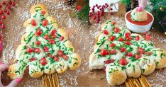 This tasty Christmas Tree Pull-Apart Bread is loaded with cheddar, mozzarella and other cheeses for a surprise in every warm, buttery, and garlicky bite. Christmas Snacks, Christmas Baking, Christmas Recipes, Holiday Recipes, Christmas Tree, Almond Joy Cupcakes, Cut Recipe, Pull Apart Bread, Veggie Tray