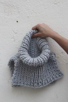 Hals på 1 - 2 -3 Strikk deg en deilig, god og varm hals på noen kveldstimer. Denne halsen er strikket i Strikkefebers Tjukk Ull på rundpinne 40 cm - 12mm. Det er et garnforbruk Knit Cowl, Knit Crochet, Free Knitting, Knitting Patterns, Knit Vest Pattern, Crochet Clothes, Knitting Projects, Diy Fashion, Free Pattern