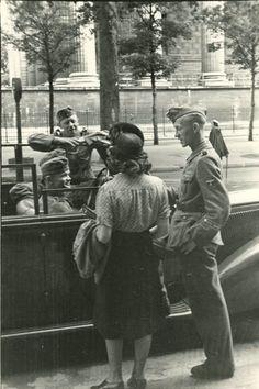Paris Under Nazi Occupation rare amateur photos) Ww2 Pictures, Ww2 Photos, Photos Du, Retro Photography, Time Photography, Luftwaffe, Military Couples, Jewish History, Vintage Paris
