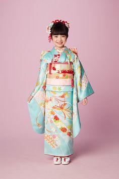Japanese kimono little girl Japanese Babies, Cute Japanese, Japanese Kimono, Kimono Japan, Yukata Kimono, Kimono Dress, Traditional Kimono, Traditional Outfits, Geisha Japan