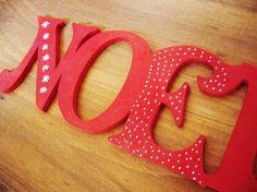 """""""NOEL"""" en bois à suspendre, peint en rouge"""