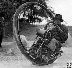 Moto de uma roda só. Acredita que atingia 150 km/h? Em 1931