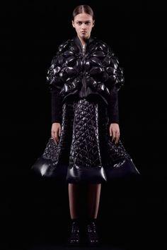 モンクレール ノワール ケイ ニノミヤ 2018年秋冬コレクション - ダウンの造形を華やかに再解釈 - ファッションプレス