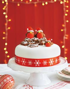 When your cake is ready for icing why not try this cute Robin version? Find out how with our masterclass christmas cake Christmas Cake Designs, Christmas Cake Decorations, Christmas Cupcakes, Holiday Cakes, Christmas Desserts, Christmas Treats, Fondant Christmas Cake, Chocolate Christmas Cake, Christmas Themed Cake