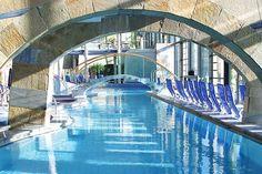 Sonnendurchflutete Indoor Pools in der Claudius Therme, Köln. Das passende Hotel gibt's hier: https://www.travelcircus.de/mercure-hotel-severinshof-koeln-city-claudius-therme