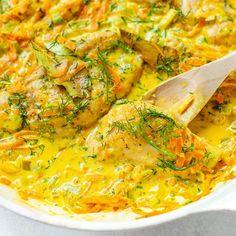 Co dziś na obiad? Wypróbujcie to proste i pyszne danko z jednej patelni 👌Kurczak w kremowym sosie koperkowym, z marchewką i porem 🥘🥕 Link do przepisu w profilu czyli tu: @kwestiasmakucom  _______________ #obiad #przepis #kurczak #danie #kwestiasmaku Meat Recipes, Chicken Recipes, Cooking Recipes, Healthy Recipes, Polish Recipes, Fast Dinners, Snacks Für Party, I Love Food, I Foods
