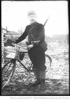 Un vaguemestre d'infanterie [avec sa bicyclette] : [photographie de presse] / [Agence Rol] - 1