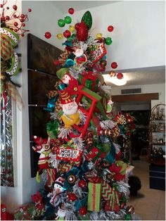 christmas tree themes Best Christmas Tree Decor Themes and Inspirations for 2019 Elf Christmas Tree, Ribbon On Christmas Tree, Christmas Tree Decorations, Christmas Holidays, Christmas Wreaths, Christmas Crafts, Christmas Ornaments, Elf Decorations, Christmas Ideas