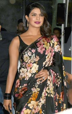 Priyanka Chopra goes all desi in a classic black floral saree and dances along Madhuri for promotion of her film in dance reality show - HungryBoo Priyanka Chopra Saree, Floral Print Sarees, Sabyasachi Sarees, Hollywood Actor, India Beauty, Looking Gorgeous, Beautiful, Classy Outfits, Bollywood Actress