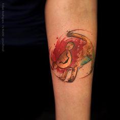 """""""Depois de tanto tempo eu finalmente tatuei esse Leãosinho hahaha Foi uma adaptação em Watercolor do Rei leão que fiz a uns 2 anos atrás. Depois que postei…"""""""