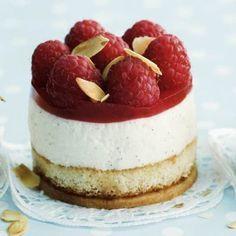 Quark tart with raspberries- Quark-Törtchen mit Himbeeren Quark tart with raspberries - Easy Vanilla Cake Recipe, Easy Cake Recipes, Sweet Recipes, Dessert Recipes, Menu Halloween, Dessert Halloween, Food Cakes, Mini Desserts, No Bake Desserts