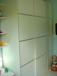 Quarto de Criança - Designers: Monika Kick e Cláudia Gieseke Projeto Teia Design. Armário todo construído em MDF com frisos.