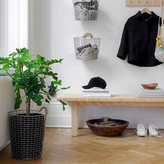 Swedish Home Decor, Swedish House, Wire Baskets, Storage Baskets, Recycled Home Decor, Mudroom, Entryway Bench, Sweet Home, New Homes