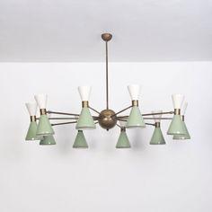 Lot : Stilnovo, - Paire de lustres, Laiton et métal peint...   Dans la vente Design italien à Piasa