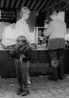 Imbissstand in München, 50er Jahre Stöhr/Timeline Images #black #white #schwarz #weiß #Fotografie #photography #historisch #historical #traditional #traditionell #retro #vintage #nostalgic #Nostalgie #München #Munich #50er #1950er #Stimmung #Atmosphäre #Imbiss #Würschtel #Wurst #Bratwurst #Vesper #Brotzeit #Junge #bayerisch Timeline Images, Bratwurst, Photography, Retro Vintage, Historical Pictures, Old Pictures, Mood, Nostalgia, Snack Station