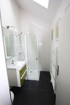 Ponúkame na prenájom NOVOSTAVBA zariadený 2i bytový priestor v RD v Bratislave na Roľníckej ul. Vajnory, 40 m2. Byt sa nachádza v novostavbe s laminátovými podlahami, sádrovými omietkami, plastovými oknami, elektricky ovládanými strešnými oknami a žalúziami. Dispozícia bytu: obývacia izba s kuchynskou linkou, spálňa so šatníkom, kúpeľňa so sprchovacím kútom, umývadlom so skrinkou a WC.
