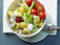 Schneller Genuss für Italien-Fans in den Landesfarben Grün, Weiß und Rot: Salbei-Gemüse-Gnocchi mit Ricotta und Kirschtomaten - smarter - Kalorien: 368 Kcal - Zeit: 15 Min. | eatsmarter.de