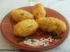 Portuguese Kitchen: Codfish Cakes - Pasteis de Bacalhau some like sweet potato, some like salmon. I like to make a mozambique dipping sauce I serve with hot pepper rings and olives. I like to bake first then fry just before serving to keep them light Fish Recipes, Seafood Recipes, Great Recipes, Cake Recipes, Cooking Recipes, Favorite Recipes, Cod Fish Cakes, Cod Cakes, Gourmet