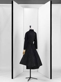 Grès. Abito da cocktail, autunno 1950. Panno di lana e taffetas nero. © Stéphane Piera / Galliera / Roger-Viollet