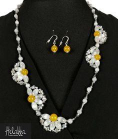 Näyttävä ja uniikki kukka-korusetti luonnonkivistä ja lasihelmistä  Kaulakoru 70 cm, kivien koko 10 mm Korvakorut kivillä koko 10 mm Väri: valkoinen ja keltainen Pääkivenä: valkoinen meksikon …