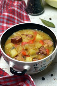 Chłopski garnek to doskonała propozycja na obiad, gdy za oknem zimno i ponuro. Wspaniale rozgrzewa i syci na długo. O ile normalnie nie przepadam za pikantnymi potrawami, to to danie stanowi wyjątek. Lubię jak jest dobrze doprawione:) 1/2 główki białej kapusty 600g kiełbasy śląskiej Soup Recipes, Great Recipes, Cooking Recipes, Healthy Recipes, Dinner Recipes, B Food, Love Food, Food Porn, Easy Food To Make